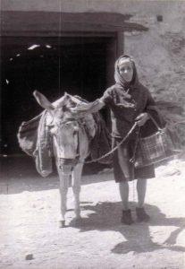 Vecina con su burro en 1958